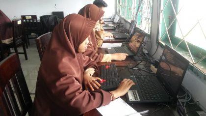 Santriwati saat pembelajaran berbasis komputer