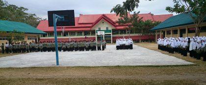 Santri melaksanakan rutinitas upacara bendera